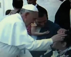 Imagen del vídeo donde el Papa Francisco se acerca a un enfermo