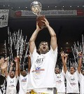 Reyes, con la copa de campeón de Liga del Real Madrid de baloncesto (Foto: Liga ACB Endesa)