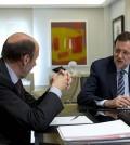 Rajoy y Rubalcaba despachan (Foto pool La Moncloa)