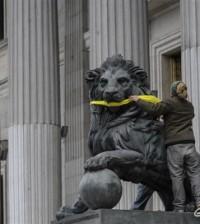 Activistas amordazan a los leones del Congreso (Foto Greenpeace)