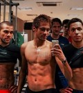 Dani Alves, Neymar y Adriano luciendo tableta