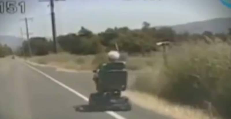Ruedas La Anciana – Silla En Carretera Diario De Por Un Circulando liwOXTZuPk