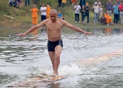 Monje Shaolín recorre 125 metros sobre el agua
