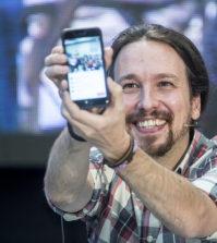 Pablo Iglesias con su móvil (Foto: Podemos)