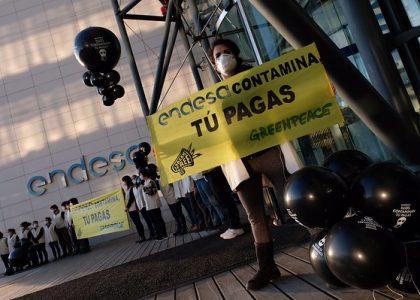 Greenpeace protesta en las sedes de Endesa, Iberdrola y Gas Natural