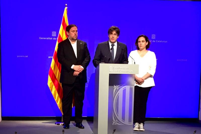 Puigdemont, con Ada Colau y Oriol Junqueras (Foto: Generalitat)