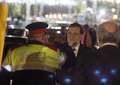 Rajoy, con un Mosso (Foto Moncloa)